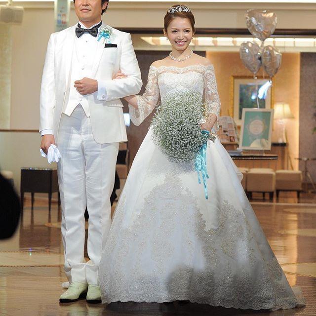 ②✨ オフィシャルブライズとしてお世話になっている 25ansザ・ウェディング @thewedding.jp 「運命のドレス企画」に参加させて頂いております(^-^)/ 締切ギリギリ。連投失礼いたします…♡ ・・・ ✨✨ ・・・ 私の運命のウェディングドレス♡ タカミタカミブライダル「ハーレック」です♡ ・ チャペル挙式では肩を全て出したビスチェでしたが、 披露宴では付属のレースボレロを付けて雰囲気を変えて♡ ・ 2WAYドレス♡ 同じドレスと気づかないゲストがほとんどでした(-_^) ・ 高砂席に座ると上半身の写真を撮られる事が多いので レースボレロが写真映えして華やかに見せてくれました♡ ・・・ ✨✨ ・・・ #運命のドレスtwd  #25answedding #オフィシャルブライズ #花嫁 #プレ花嫁 #ウェディング #wedding #結婚準備 #結婚式 #チャペル #ドレス #ウェディングドレス #Aライン #プリンセスライン #タカミブライダル #ハーレック #トレーン #フリル #ボレロ #アニヴェルセル #アニヴェルセル表参道 #披露宴
