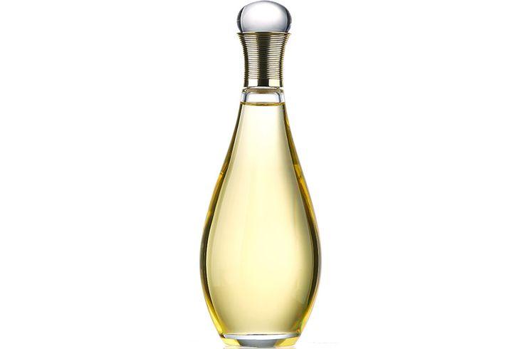 И без того впечатляющий арсенал аромасемьи J'Adore, Dior, пополнился маслом для ванны и тела Huile Divine. Благодаря экстрактам розы, жасмина и нероли эта новинка смягчает и разглаживает кожу.