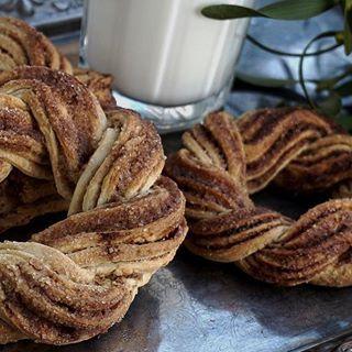 🥛🤶🏻⏰ #wiankicynamonowe #cynamon #kardamon #śniadanie #finuustyczneswieta  #PodNiebienie #kannelbullar #cinnamonrolls #cinnamonbuns #cardamon #wintercake #wiemcojem #foodporn #foodie #foodphotography #pieczenie #pornfood #kuchnia #kitchen #cooking #breakfast