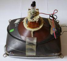 Tube cathodique — Wikipédia.Un tube cathodique (en anglais, Cathode Ray Tube: CRT) est un tube à vide constitué d'un filament chauffé, d'électrodes en forme de lentilles trouées qui, soumises à une différence de potentiel (tension), créent un champ électrique accélérant les électrons. Ces derniers viennent frapper l'écran, sur lequel est déposée une couche électroluminescente réagissant au choc des électrons en créant un point lumineux.