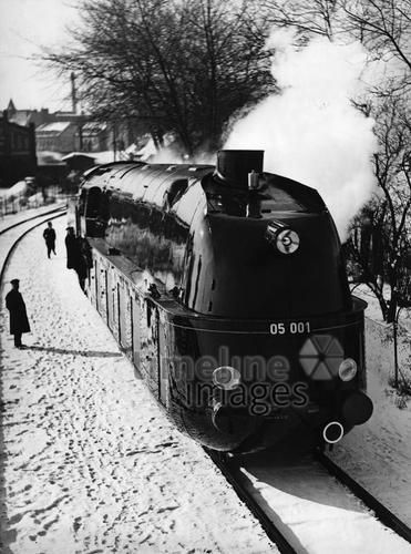Stromlinienlokomotive, 1935 Timeline Classics/Timeline Images #Eisenbahn #Zug #Züge #Bahn #Schienen #Train #Railroad #Railway #Transport #Technologie #Innovation #Schnellzug #Lokomotive #Reichsbahn #Berlin #Modern