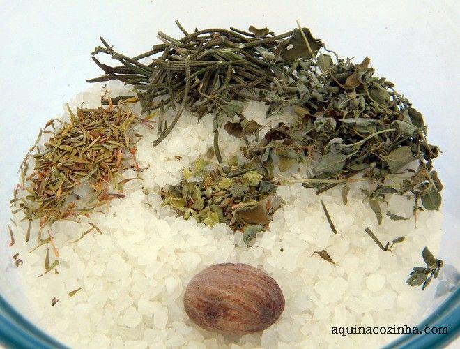 Faça sal temperado para presentear. Um kit com diversos sabores de sal são ótimas opções de presente caseiro. Veja essa receita de sal de ervas.
