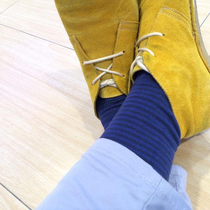 Hoy me he levantado dando un salto mortal. Calcetines chulos & #pisamierdas color #ocre.  #autenticasbotas #stiefel #botassafari #pisacacas #desertboots #chukkaboots #Ботинки #yellow #ocher #calcetines #shocks