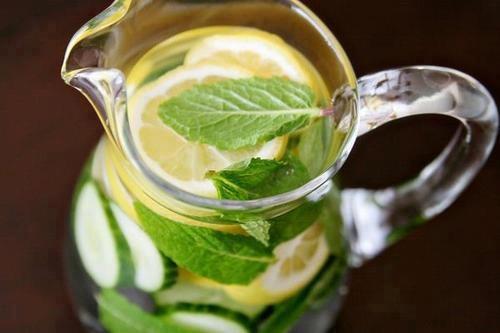 DETOXikační VODA - pomáhá udržovat ploché břicho, výborná pro vaše játra!   2 citróny nebo limetky  půlka salátové okurky  3 dcl čisté vody  lístky máty dle chuti    Pokud je to možné, použijte BIO produkty.    Vše důkladně omyjte a nakrájejte na plátky. Pak vložte do vody. Nechte přes noc vylouhovat v lednici. Vytvoří se přírodní detoxikační voda, která vám pomůže odstranit nečistoty z vašeho těla.