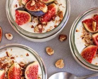 Panna cotta vegan en bocal figues et noisettes : http://www.fourchette-et-bikini.fr/recettes/recettes-minceur/panna-cotta-vegan-en-bocal-figues-et-noisettes.html