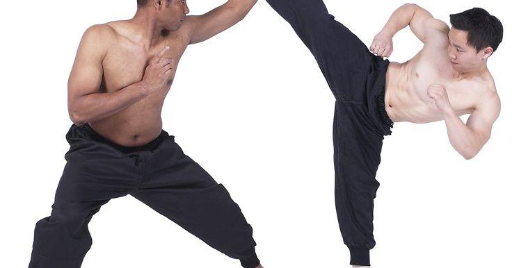"""Muay Thai x Krav Maga. Tanto o muay thai quanto o krav maga são formas de artes marciais de combate. Eles foram originalmente desenvolvidos como habilidades de sobrevivência em seus países de origem. Muay thai significa """"a ciência dos oito membros""""; krav maga significa """"combate de contato"""". O primeiro nasceu na Tailândia, enquanto o segundo foi desenvolvido em Israel."""