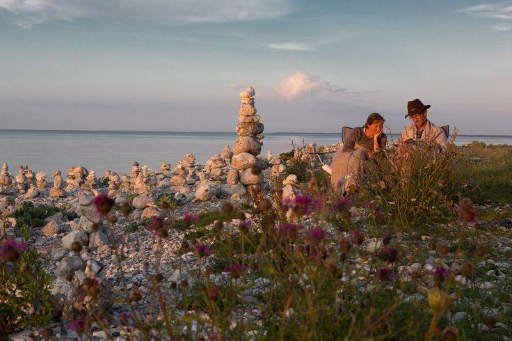 Solnedgang ved stranden med de mange stenskulpturer ved Klint bakker i Odsherred