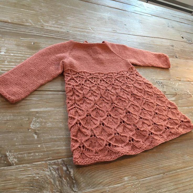 Forsiden av Emmakjolen ✨#prosjektminimarked #klompelompe #emmakjolebody #strikktilbarn #flora #knitstagram #knittersofinstagram
