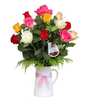 Arreglo de rosas Winona:  Vibrantes colores de 15 rosas y follaje, en jarrita tradicional de cerámica.  Medidas:  60 Cms. de alto x 45 Cms. ancho. Diseño exclusivo a la venta en la florería en Lima Pétalos y Hojas
