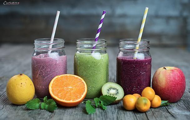 Per lo smoothie rosa vi servono due pugni di lamponi, una banana, una mela, 125 ml di latte di mandorla, 3 cubetti di ghiaccio, due cucchiai di semi di chia. Quello verde è fatto invece con una banana, un pugno di rucola, il succo di due arance, 2 kiwi e 3 cubetti di ghiaccio. Infine lo smoothie viola scura contiene 200 grammi di mirtilli, due cucchiai di miele, 175 grammi di yogurt al naturale e sempre 3 cubetti di ghiaccio.