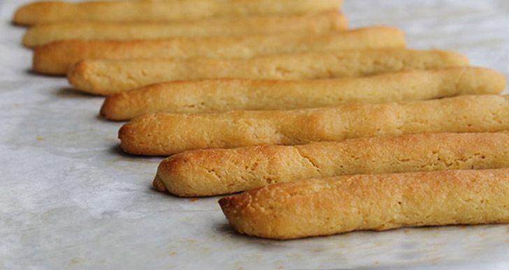 Κριτσίνια χωρίς γλουτένη με αλεύρι αμυγδάλου, σκόρδο και μυρωδικά.  Εκτύπωση Original συνταγή από: Rebecca Bohl Υλικά 165 γρ. αλεύρι αμυγδάλου 3 κουτ. σούπας αλεύρι καρύδας 2 κουτ. σούπας λάδι καρύδας, λιωμένο 3 αυγά 1 σκελίδα σκόρδο, ψιλοκομμένο 1 κουτ. γλυκού βασιλικός, αποξηραμένος 1/2 κουτ. γλυκού κρεμμύδι σε σκόνη 1/2 κουτ. γλυκού ρίγανη 1/2 κουτ. Διαβάστε περισσότερα »