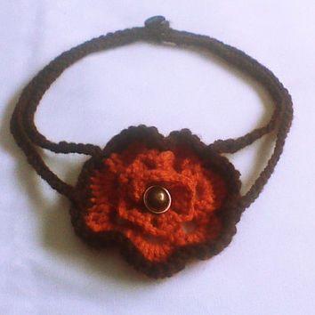 Καφέ και πορτοκαλί κολιέ βελονάκι με πορτοκαλί λουλούδια και το κουμπί / αξεσουάρ στο λαιμό / κοσμήματα βελονάκι / κοσμήματα λαιμού / άνοιξη της μόδας / κάλυμμα κασκόλ