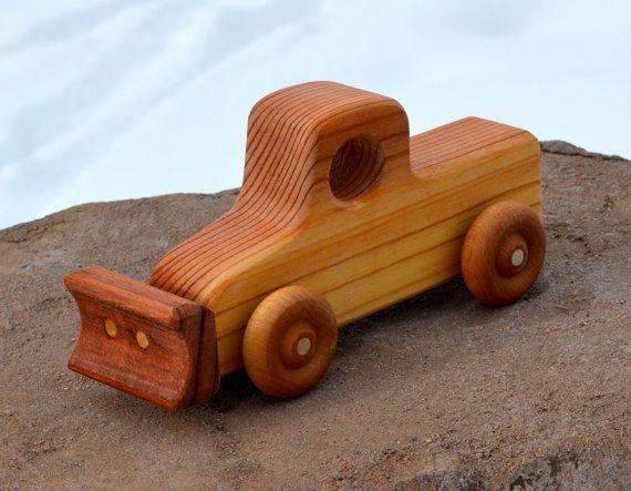 Camion chasse-neige Redwood vieux façonné par WoodenGiraffeToys