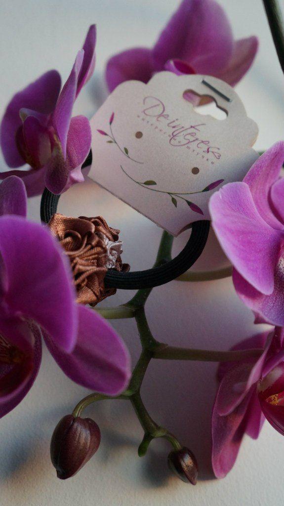 """Аксессуар для волос-резинка от De interes из коллекции """"Шар"""".  В ассортименте. #аксессуар_для_волос#резинка#шоколад#шоколадный#розы#атласная_лента#шар"""