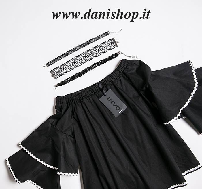 Il nostro suggerimento per l'outfit di oggi? Choker necklace in pizzo e pietruzze, colore nero, abbinato con una blusa volant dalle rifiniture bianche.