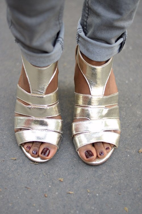 golden shoes to work friday wear http://deadlines-dresses.com/porter-des-sandales-dorees-au-bureau-le-look-friyay-wear-chic/