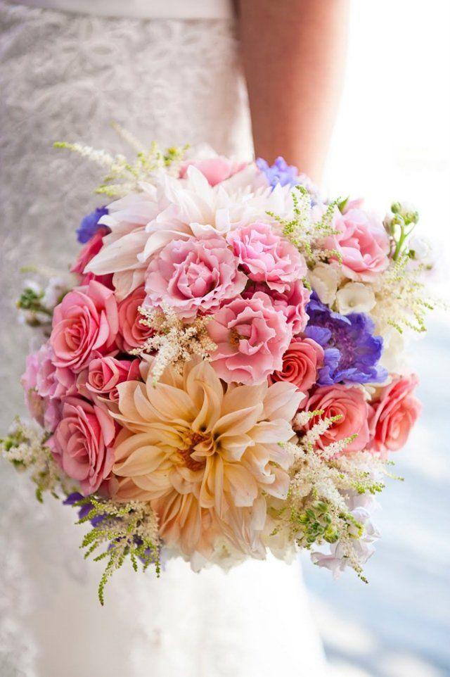 idée de bouquet de mariée rond en plusieurs couleurs superbes