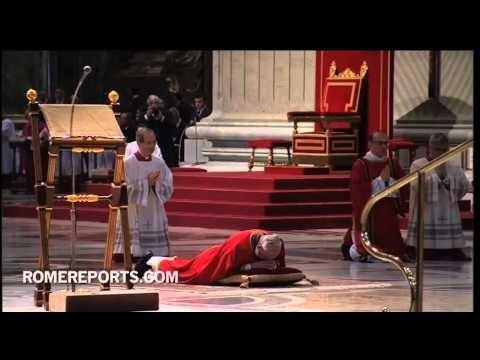El Papa Francisco reza postrado en el suelo en el Viernes Santo. Video