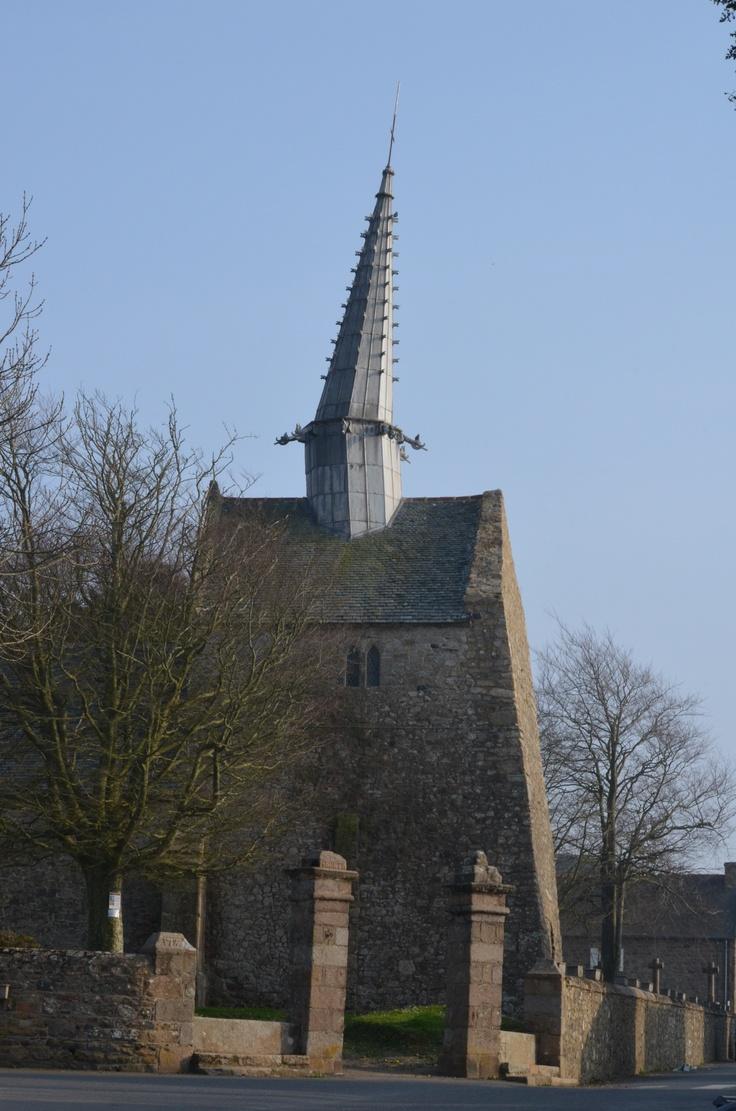 Le clocher penché de la chapelle Sant Gonery à PLOUGRESCANT (Côtes-d'Armor) ; la tour de Pise locale !