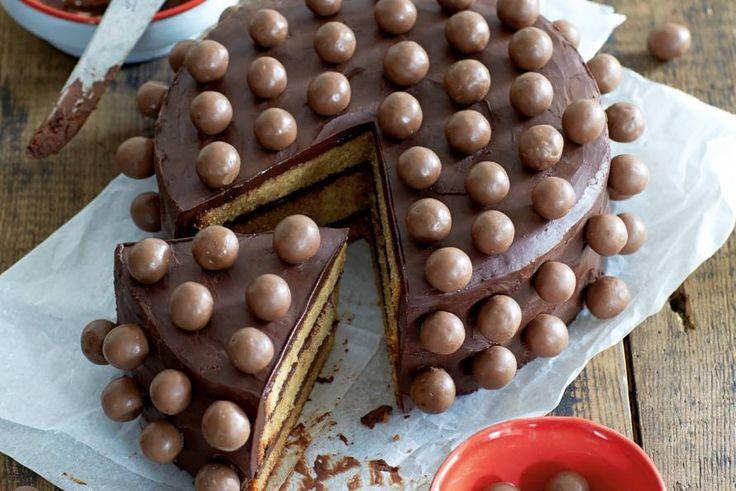 Ook als je niet jarig bent, is dit een geweldig leuke taart om te maken. De Maltesers maken de taart lekker crunchy - Recept - Koffie-chocoladetaart met maltesers - Allerhande