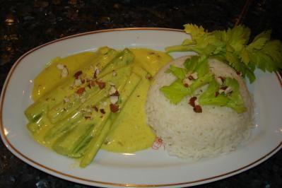 Das perfekte Stangensellerie in Currysauce-Rezept mit Bild und einfacher Schritt-für-Schritt-Anleitung: Mandeln in Stifte schneiden und in einer Pfanne…