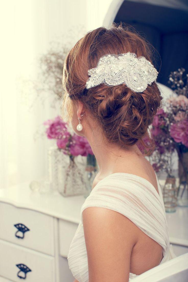 ビジューたっぷりのヘアアクセサリーを使いたい♡冬の結婚式の花嫁衣装 髪型候補♡ウェディングドレス、カラードレスにも似合うヘアスタイル参考一覧♡