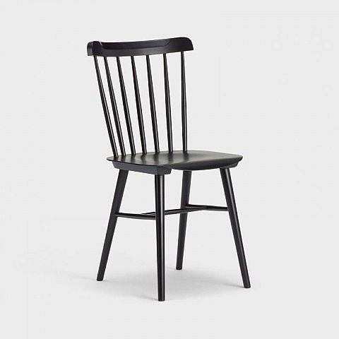 """Ein Klassiker der 1960er- und 1970er-Jahre ist der Stuhl Nr. 35 von Thonet. Er schuf damit eine einfache Sitzgelegenheit ursprünglich für Esszimmer und Küche, die wir heute mit dem Prädikat """"Retrostil"""" versehen würden und die sich mit dezenter Farbgebung in Schwarz in fast jedes Ambiente effektvoll integrieren lässt. Der Sperrholzsitz mit Mulde und die 7 handgeschliffenen Stangen, die mit dem gebogenen Endstück die Rückenlehne formen, sorgen für entspanntes Sitzen. Die konischen Füße passen…"""
