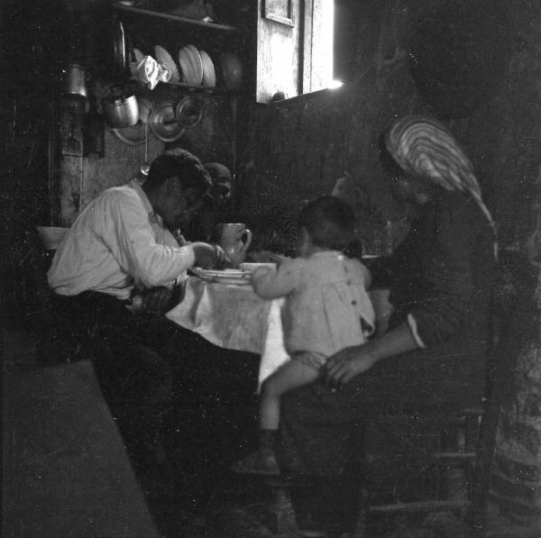 Melissa (Crotone) - Famiglia di contadini a pranzo nella cucina di una casa