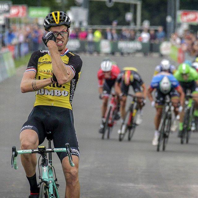 Lars Boom ha ganado la etapa de hoy del BinckBank Tour, del que se ha situado líder, y enrabietado ha cruzado la meta pegando un llamativo corte de mangas.   Foto @bettiniphoto