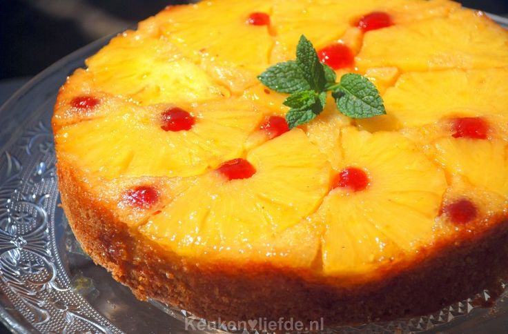 Door deze eenvoudig te maken cake met ananas na het bakken ondersteboven te keren, krijg je plotsklaps een verrukkelijke, tropische ananastaart!