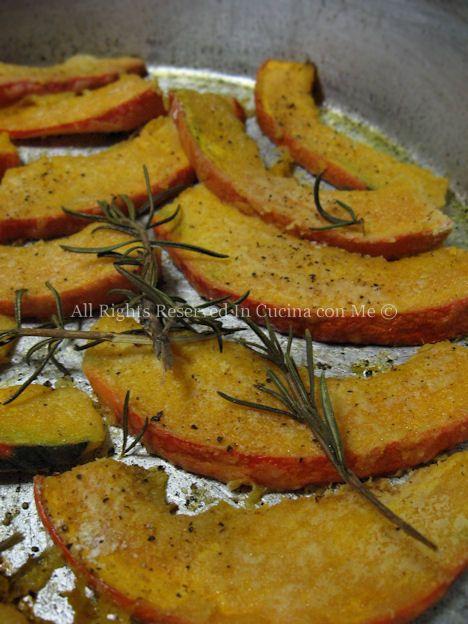 La zucca al forno uno snack appetitoso e croccanteideale anche come aperitivo, si prepara con zucca hokkaido rossa o verde usando anche la buccia.