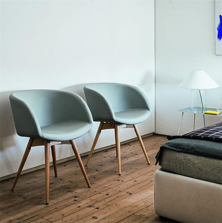 Chaise scandinave accoudoirs en simili cuir azur soal for Chaise salle a manger scandinave