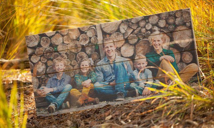 Gezinsfoto op authentiek steigerhout | Geeft uw foto een robuuste en brocante uitstraling | Ook een foto op steigerhout? Bestel eenvoudig op www.timberprint.nl #fotoophout #steigerhout