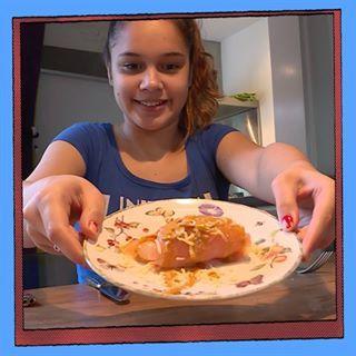 Bo maakt een gerecht van de restjes uit de koelkast: ketjap, zilveruitjes, gerookte zalm, kaas, slagroom, mosterd.  Wat maak jij van restjes eten? Bekijk de vlog op youtube.com/brugklastv #linkinbio #brugklas #brugklastv #food #foodchallenge #recept