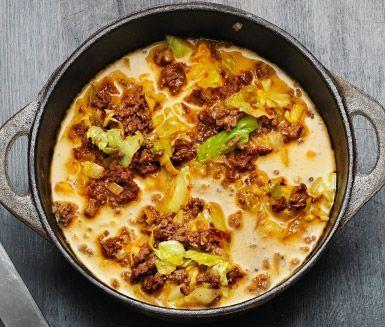 Kryddig och smakrik köttfärssås med curry och kanel Du använder bland annat lök, spetskål, sambal oelek, nötfärs och grädde. Servera med härligt basmatiris.