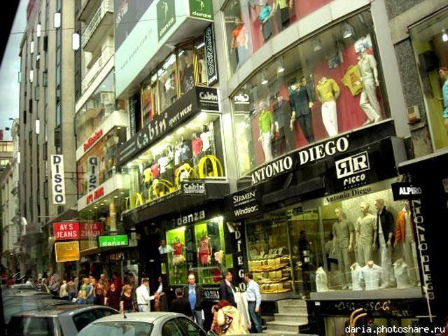Мы решили узнать, чем же Стамбул прельщает опытных шопоголиков из России, Украины, ОАЭ и даже Европы. Первыми в списке покупок числятся кожа и меха. Далее по популярности: одежда, обувь, сумки.  В Турции дивный фарфор, качественный текстиль, поэтому покупка посуды, подсвечников, предметов декора и интерьера, шарфов и палантинов, постельного белья будет вполне оправданной, вещи порадуют качеством и красотой. Наконец, специи, чай, орехи, сухофрукты, сладости – непередаваемо вкусные!