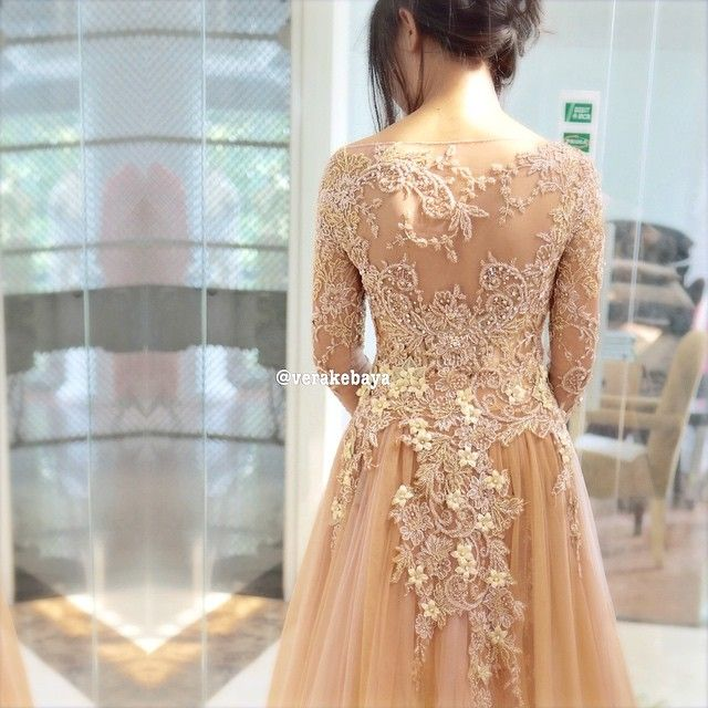 """@senaskartika ...fitting  #weddingdress #details #beads #lace #bride #backdetail #kebaya #verakebaya ❤️"""