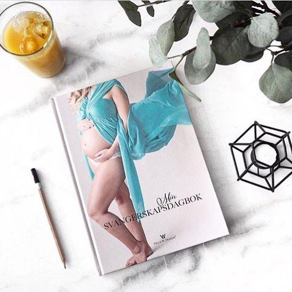 Venter du barn eller kjenner noen som er gravid? Da er @minsvangerskapsdagbok den perfekte gaven til deg selv eller en du kjenner gjennom ventetiden👶🏻❤️➝Inneholder bla «uke for uke», navnevalg, utstyrsliste og gjetting av kjønn mm + mye plass til minner, bilder og sykehuspapirer 👏🏻👏🏻● ● Du kan bestille den her; www.villa-w.no ● ●#gravid #graviditet #dagbok #svangerskap#svangerskapsdagbok