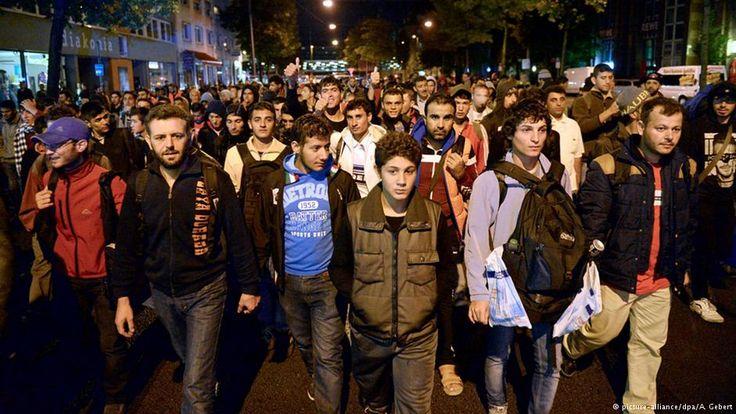 Viele tausende Flüchtlinge kommen im Herbst 2015 über Ungarn und Österreich nach Deutschland. Die meisten von ihnen sind vor dem Krieg aus Syrien geflohen. Die deutsche Politik weiß nicht, wie sie reagieren soll.