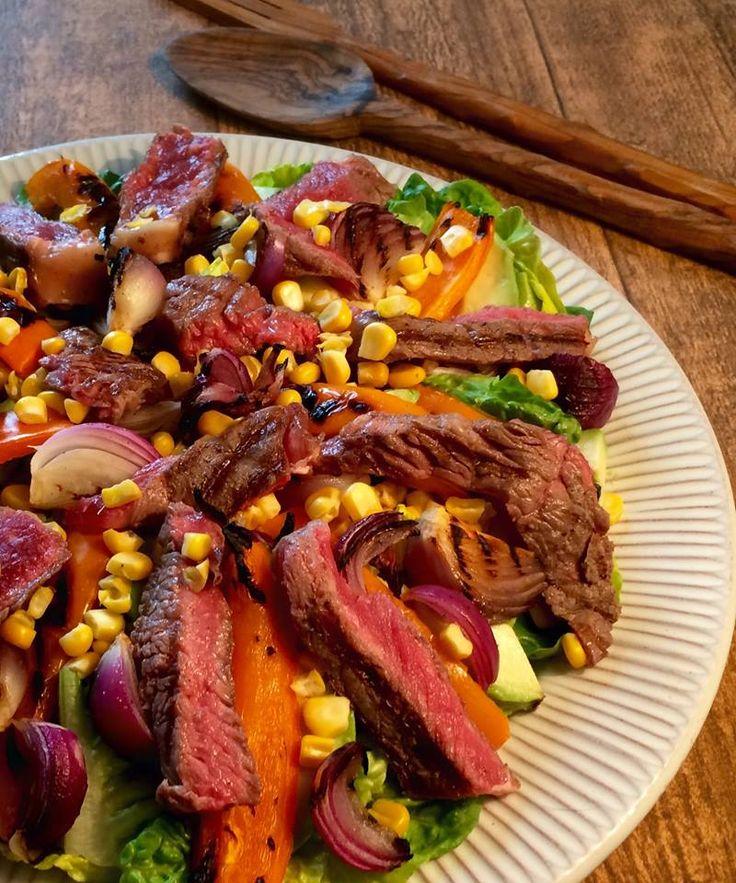 Bøfsalat med grillede grøntsager og nykogte majs