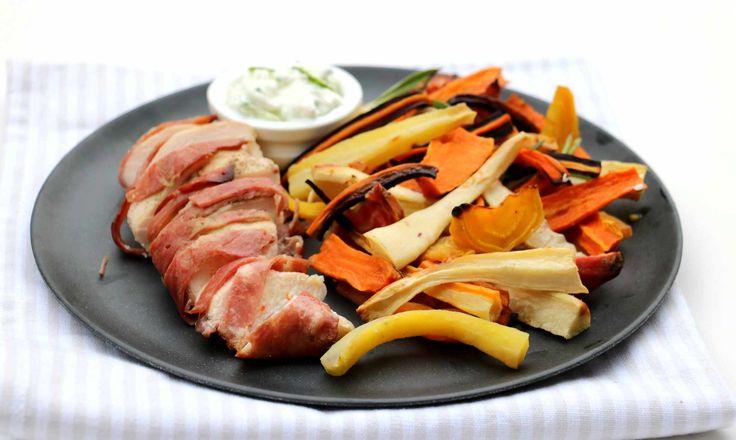 Du trenger, 2 porsjoner 2-4 kyllingfilêter 1-2 baconskiver pr. kyllingfilêt 1 ts paprikakrydder (gjerne røkt!) 2 mellomstore søtpoteter eller vanlige poteter 500 g miks av rotgrønnsaker 2 fedd kvitløk salt, pepper, olje