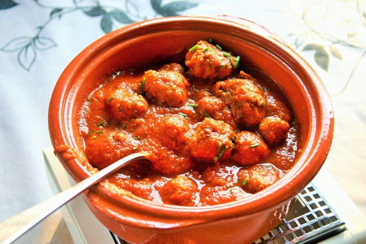 Albondigas con salsa  de bekendste Spaanse gehaktballetjes in een pittige tomatensaus Een tapas die hoort op jouw tapasmenu op jouw tapasfeestje  Mels Feestje