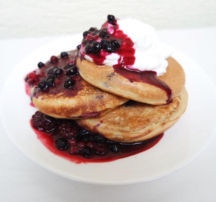 American style pancakes with forest fruit sauce/Čučoriedkové lievance na americký štýl s omáčkou z lesného ovocia