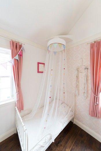 3歳の海来ちゃんのお部屋には、お姫様気分になれるレースの天蓋付きのベッドが。