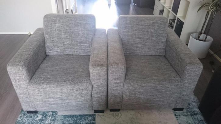 Set van 2 prachtige lichtgrijze/witte stoffen stoelen (€125)