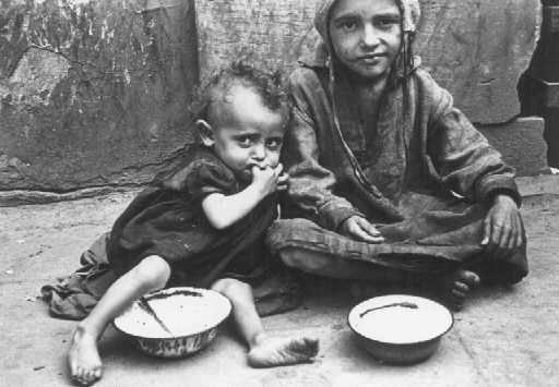 Crianças comendo nas ruas do gueto. Varsóvia, Polônia, entre 1940 e 1943.