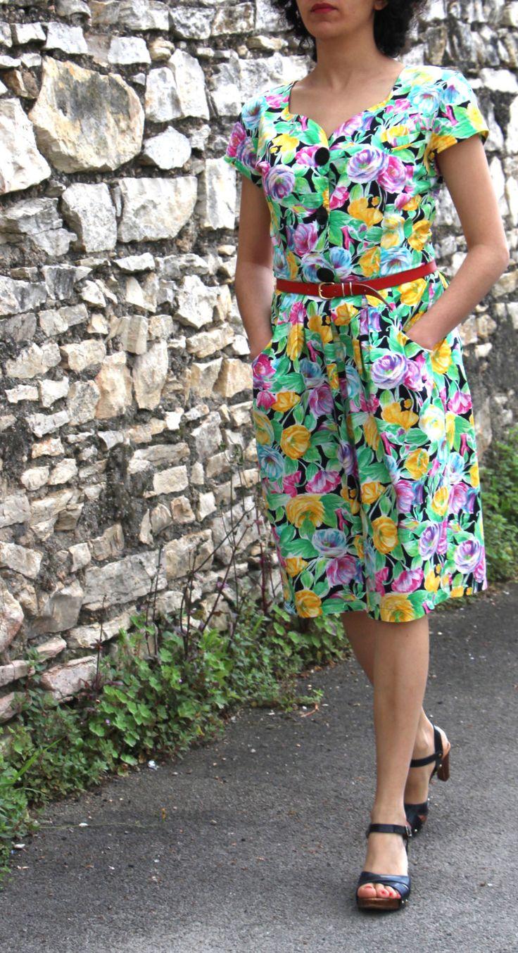 Robe fleurie années 80 verte jaune et rose de la boutique AuxBellesFrusques sur Etsy
