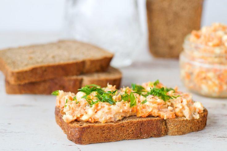 Хочется красной икры, но цены в магазинах кусаются? Попробуйте этот легендарный рецепт: всего 4 ингредиента и на вашем бутерброде будет вкусная солоноватая намазка, которая даже похрустывает, как настоящая икра.