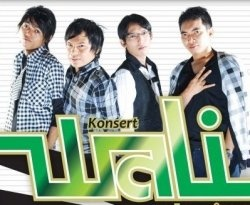 five men formed a band called FIERA. Fiera is what is the origin of  WALI. Fiera has a beginning, namely personnel Faank (vocals), Tom (drums), Endang (Bass), Prince (guitar 2) and Apoy (guitar 1).  Fiera was formed on October 31, 1999. On his way, Fiera not only be a band but also as a community of music lovers. Fiera as presented in the breath of life of its personnel.