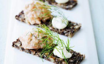 Opskriften er en del af en let forårsfrokost til gæster. Her får du opskriften på laksetatar med karse